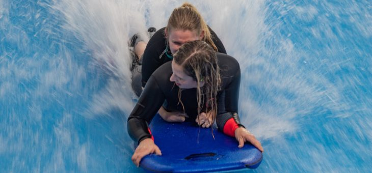 Den na vlně pro handicapované v simulátoru surfingu